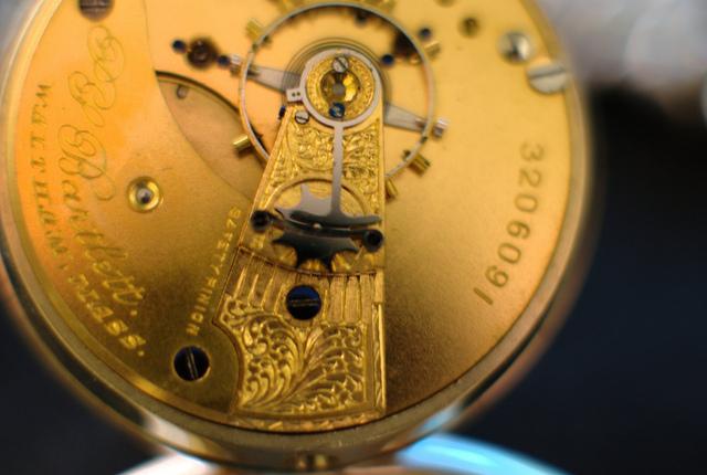 Uhrwerk mit Gravur und Seriennummer